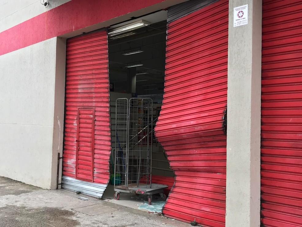 Loja de departamentos teve a porta arrebentado pelo carro, que invadiu o local em marcha a ré — Foto: Kleber Teixeira/Inter TV Cabugi