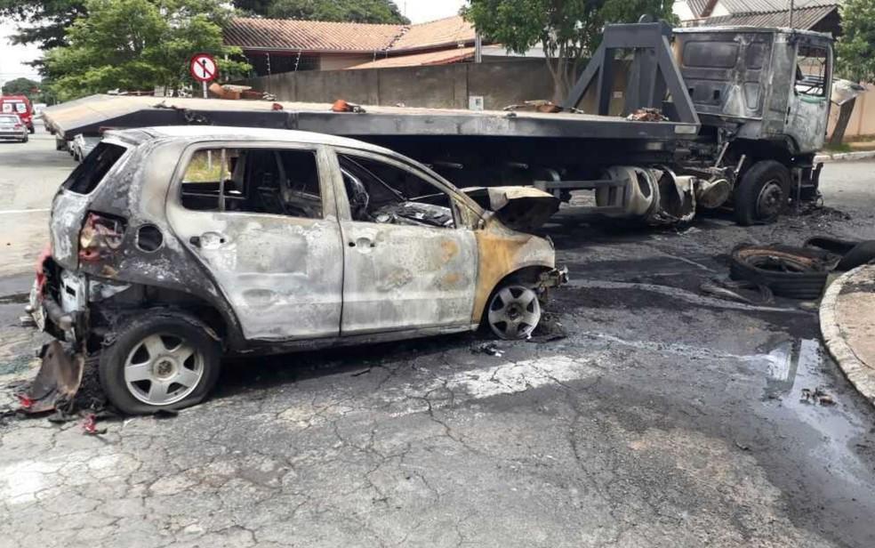 Veículos ficaram completamente destruídos após a batida (Foto: Guilherme Mendes/TV Anhanguera)