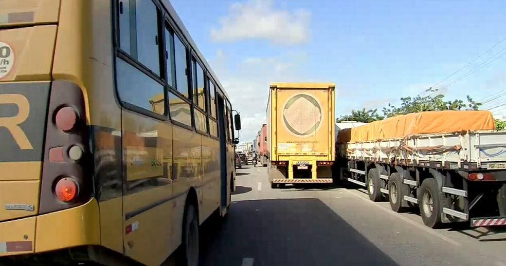 Fluxo de veículos muito lento na BR-116 no município de Eu´sebio neste sábado (26). (Foto: Reprodução/TV Verdes Mares)