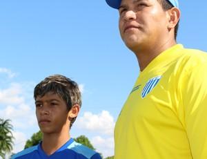 Wendell e o treinador Almir Fernandes (Foto: Hugo Crippa)