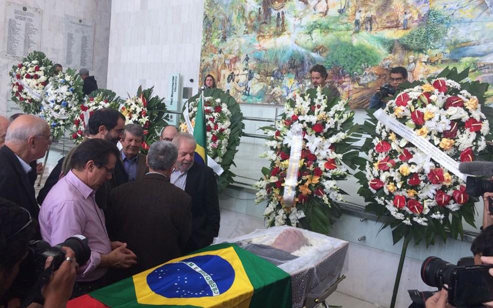 O ex-presidente Lula chega ao velório de Marco Aurélio Garcia, que foi seu assessor especial e um dos fundadores do PT, no início da tarde desta sexta-feira (21), na Zona Sul de São Paulo (Foto: Tahiane Stochero/G1)