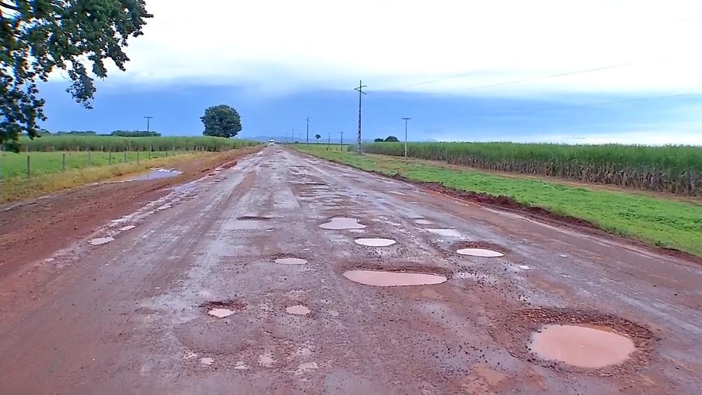 Motoristas que precisam passar pela MT-358, em Tangará da Serra, a 242 km de Cuiabá, reclamam da quantidade de buracos na rodovia — Foto: TV Centro América