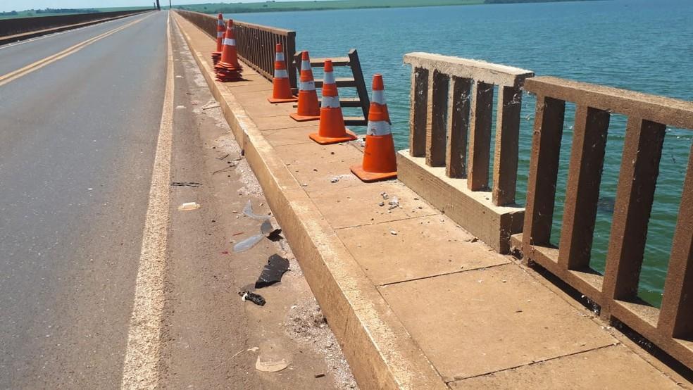 Proteção de ponte ficou aberta após carro cair no Rio Tietê em Pongaí — Foto: Ariane Flores/TV TEM