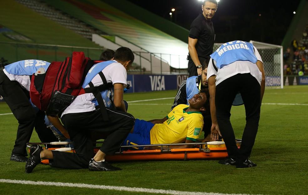 Talles chora ao ser retirado de maca do Bezerrão — Foto: Buda Mendes/FIFA via Getty Images