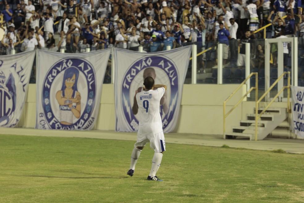 Tito marcou de pênalti e inicou a vitória do Dragão no Batistão (Foto: Osmar Rios/GloboEsporte.com)