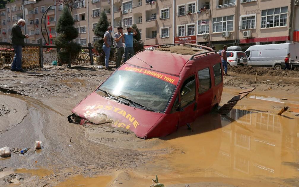 Pessoas observam estragos causados por inundação na cidade de Dereli, na província de Giresun, na Turquia, no domingo (23) — Foto: AP Photo