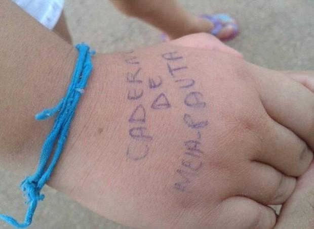 Professora escreve na mão (Foto: Reprodução/Facebook)