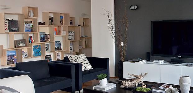 A estante modular da Coletivo Amor de Madre percorre o corredor ao lado da sala de TV deste apartamento reformado pelos arquitetos Marco Donini e Francisco Zelesnikar, do escritório Arqdonini. Nela, o morador valorizou alguns de seus livros colocando-os d (Foto: Lufe Gomes/Casa e Jardim)