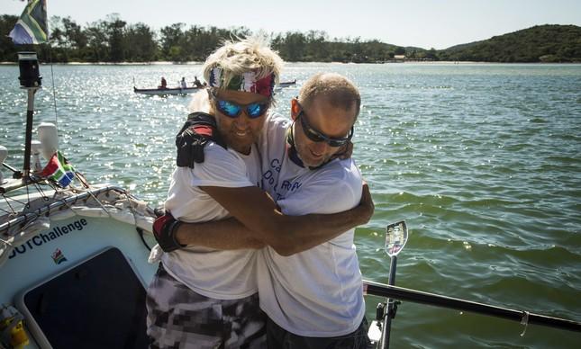 Braam Malherbe e Wayne Robertson se abraçam ao chegar em Cabo Frio