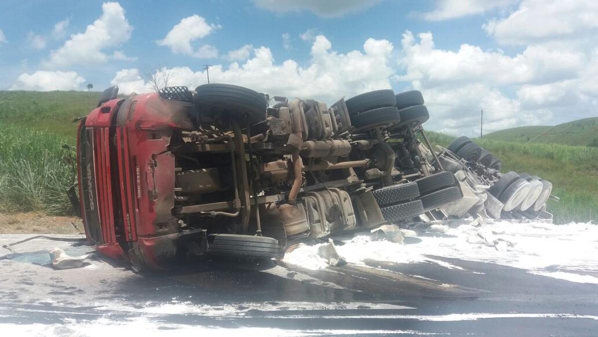 Carreta tomba e motorista fica ferido na BR-356, em Italva, no RJ