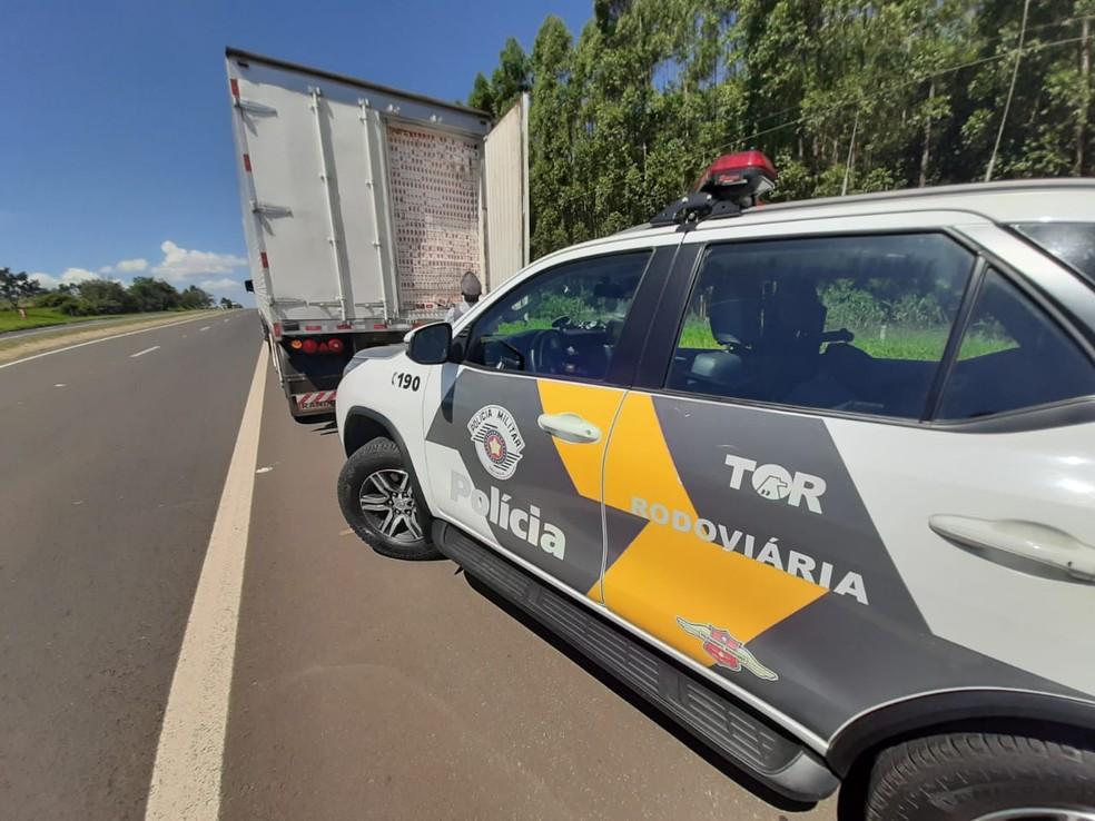 Caminhoneiro é preso transportando milhares de cigarros paraguaios em Paulistânia — Foto: Divulgação/Polícia Rodoviária
