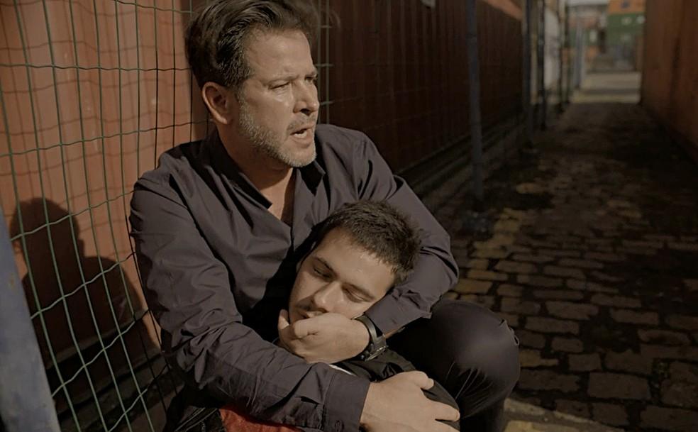 Raul (Murilo Benício) socorre Vinícius (Antônio Benício) em Amor de Mãe — Foto: Globo
