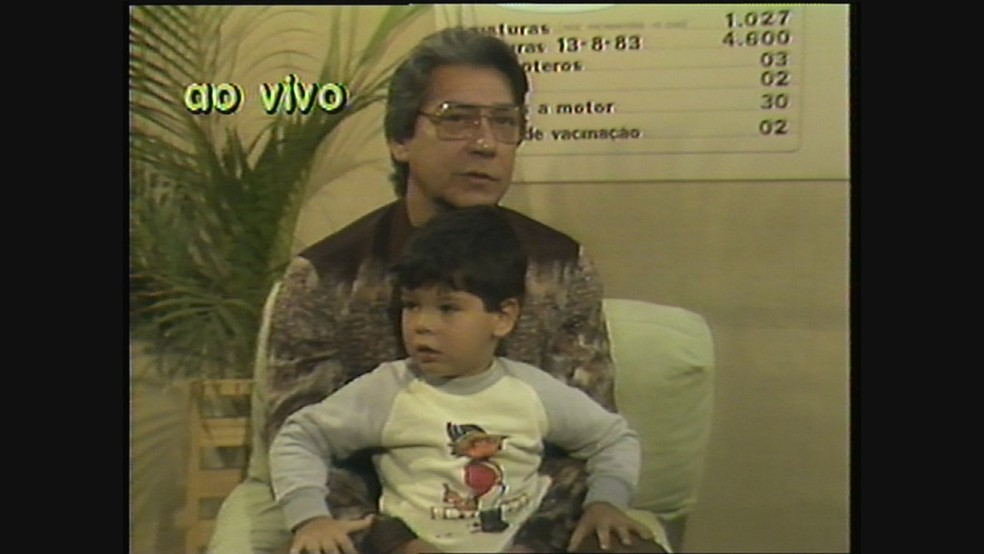 Mário Covas com o neto, Bruno Covas, no colo em vídeo de 1983. — Foto: Acervo TV Globo