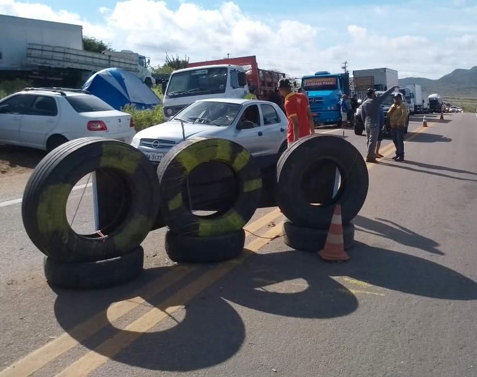 Na BR-226, rodovia segue parcialmente bloqueada com pneus  (Foto: Édipo Natan)