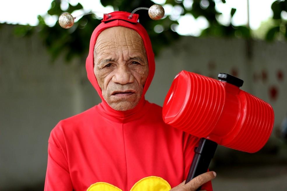 Idoso foi fotografado vestido de Chapolin Colorado, para campanha de abrigo, em Santa Rita, PB (Foto: Sebastian Fernandes/Casa do Ancião/Divulgação)