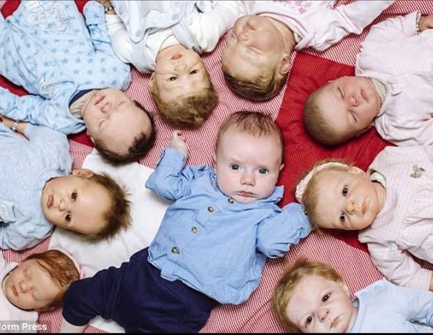 Toby ao centro com os bebês reborn ao lado (Foto: Reprodução Facebook)