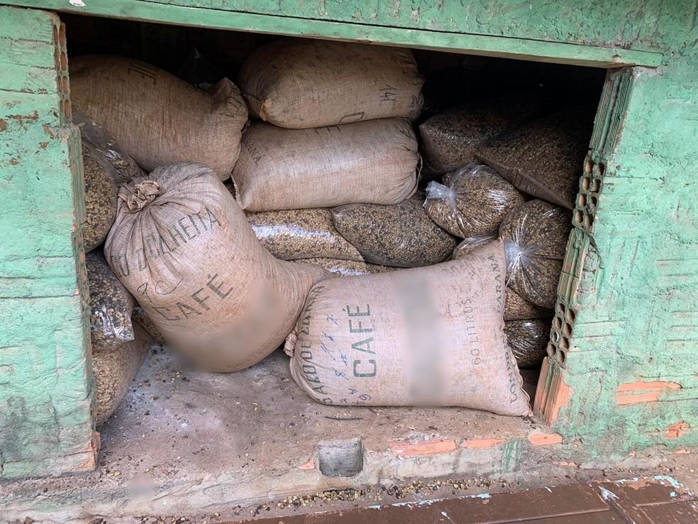 Homem é preso após ser flagrado com dezenas de sacos de café furtados, munição de uso restrito e drogas em Piraju — Foto: Polícia Civil/Divulgação