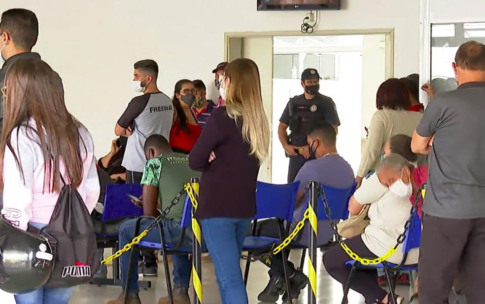 Moradores esperam atendimento no pronto-socorro Álvaro Azzuz em Franca, SP — Foto:  Jefferson Severiano Neves/EPTV