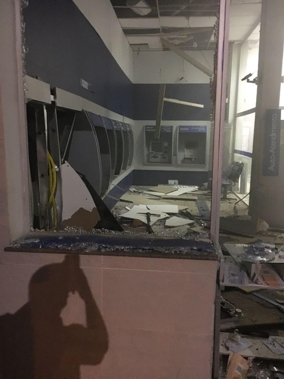 Ladrões explodiram caixas eletrônicos, fizeram moradores reféns e incendiaram carro em Campo Verde (Foto: Polícia Militar de MT)
