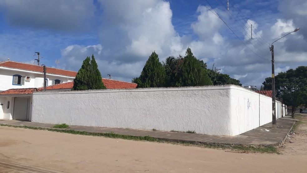 Casarão onde ocorreu o triplo homicídio fica em candeias, em Jaboatão dos Guararapes, no Grande Recife — Foto: Antonio Coelho/TV Globo