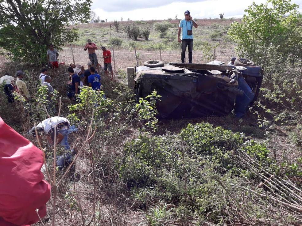 Veículo capotou após motorista perder o controle na PE-90, em Vertentes — Foto: Reprodução/WhatsApp