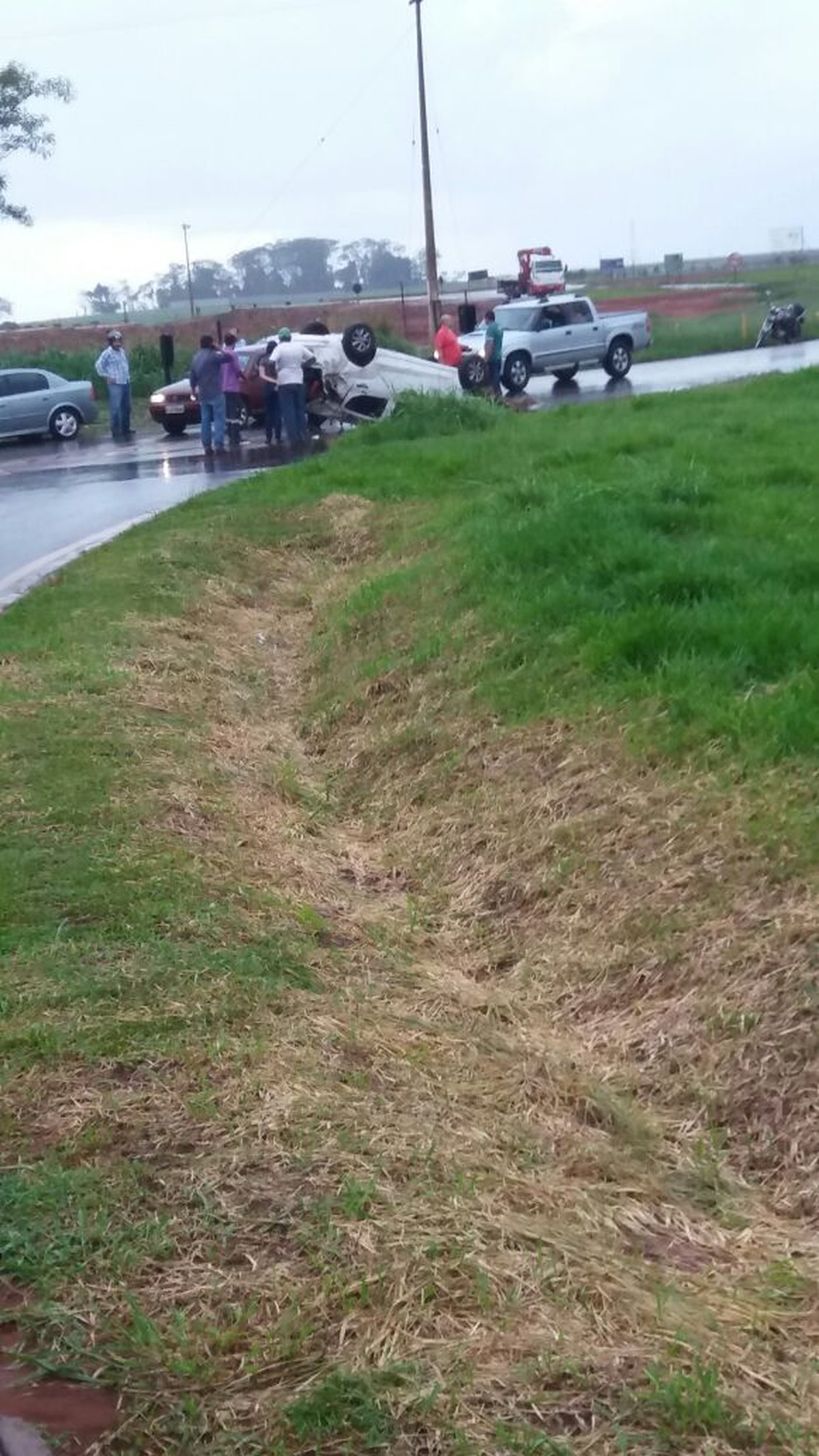 Motorista tem ferimentos graves após carro capotar em rodovia de Pereira Barreto
