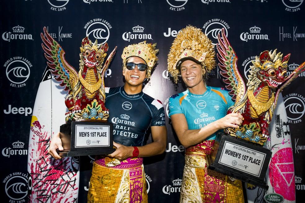 Kanoa Igarashi e Stephanie Gilmore vencedores em Bali — Foto: WSL / Divulgação