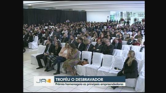 Empresário são premiados com troféu 'O Desbravador' em Chapecó