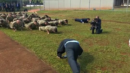 Bolsonaro faz flexão com tropa de elite da PF, almoça com colegas do Exército e visita igreja batista