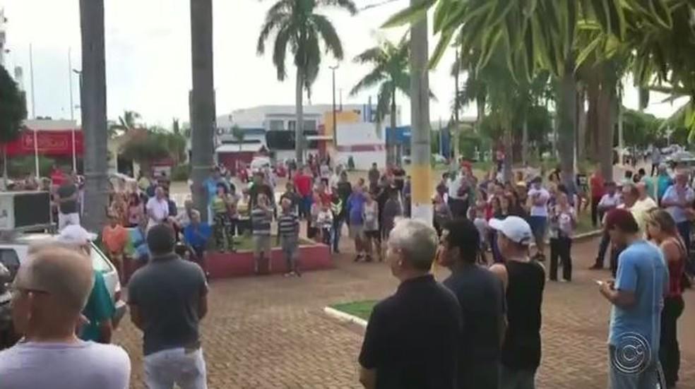 Moradores protestaram contra o valor do IPTU em Fernandópolis — Foto: Reprodução/TV TEM