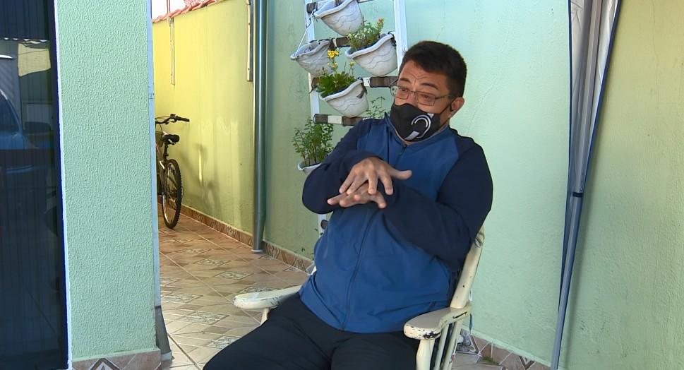 Pandemia amplia exclusão e professor surdo de Paulínia pede intérprete de Libras em reuniões