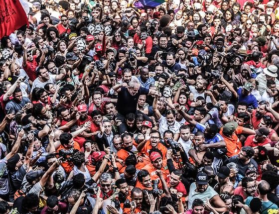 Lula é carregado por simpatizantes depois da missa em homenagem a dona Marisa, realizada em frente ao Sindicato dos Metalúrgicos do ABC (Foto: Paulo Pinto/AFP)