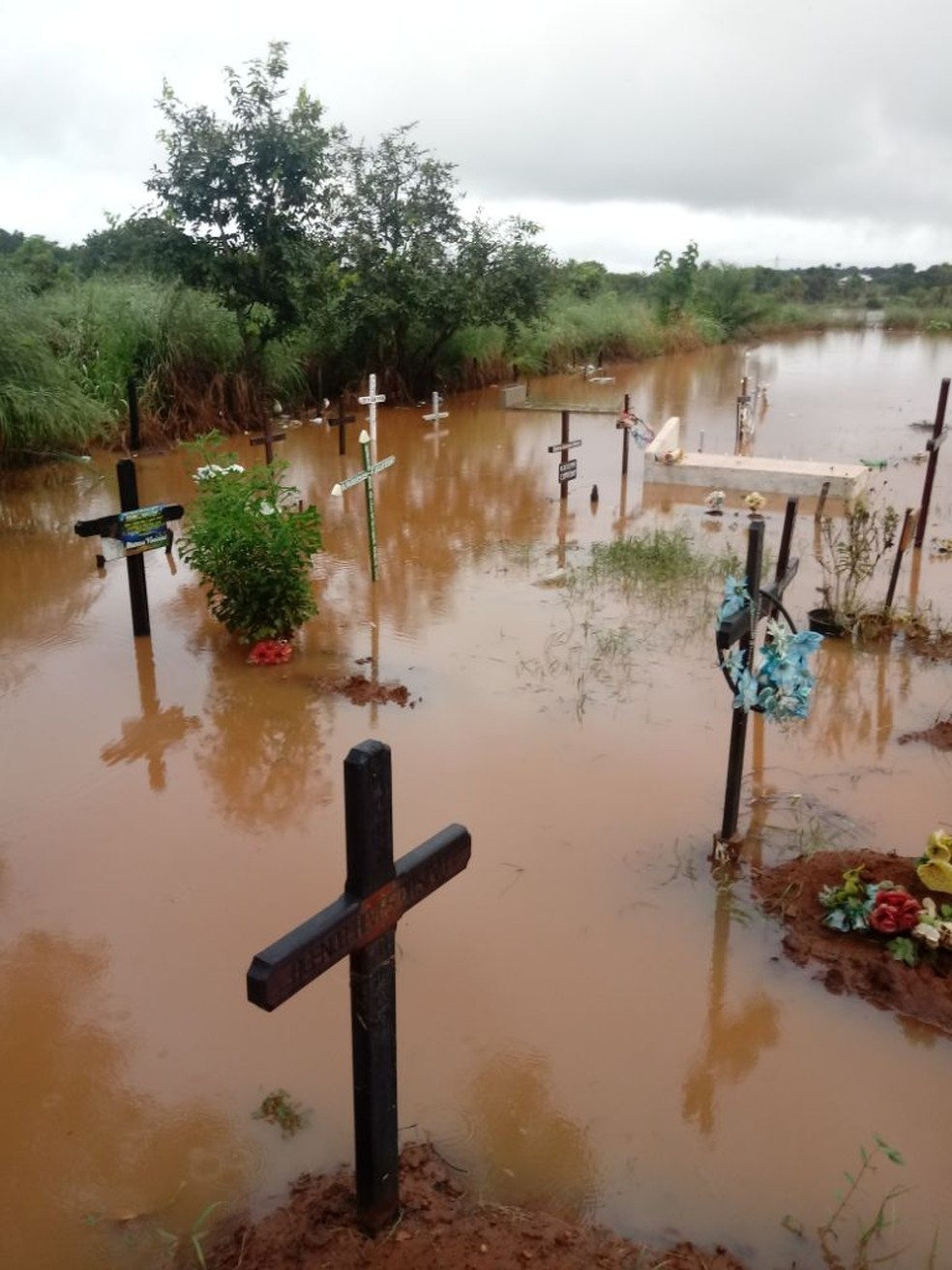 Cemitério municipal de Estreito amanheceu embaixo d'água.  (Foto: Divulgação / TV Mirante)