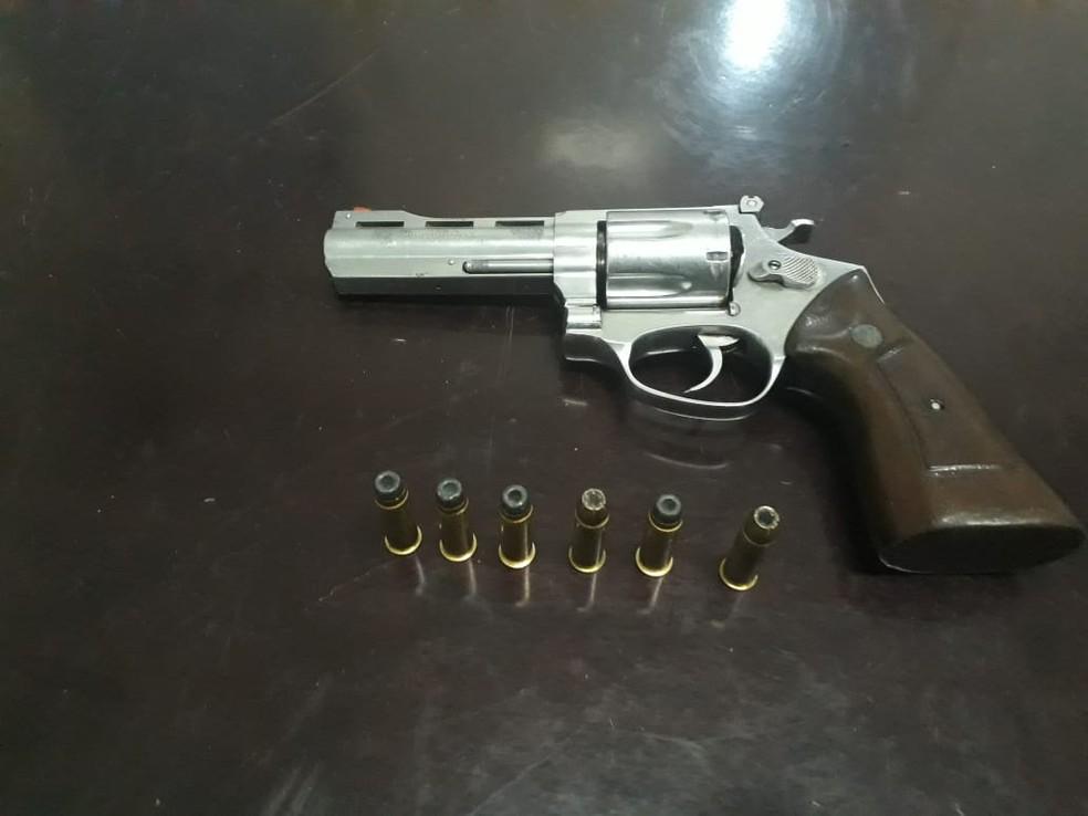 Arma foi apreendida com suspeito que morreu em confronto com o Gefron em Cáceres (Foto: Gefron/MT)