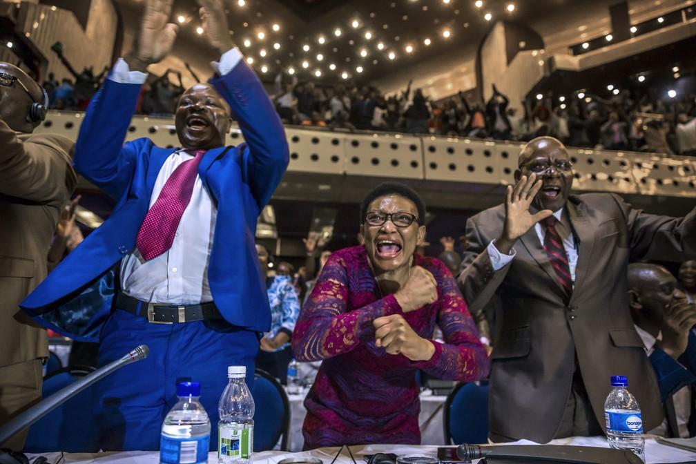 Parlamentares do Zimbábue comemoram nesta terça-feira (21) após anúncio de que Mugabe renunciou ao poder (Foto: JEKESAI NJIKIZANA / AFP)