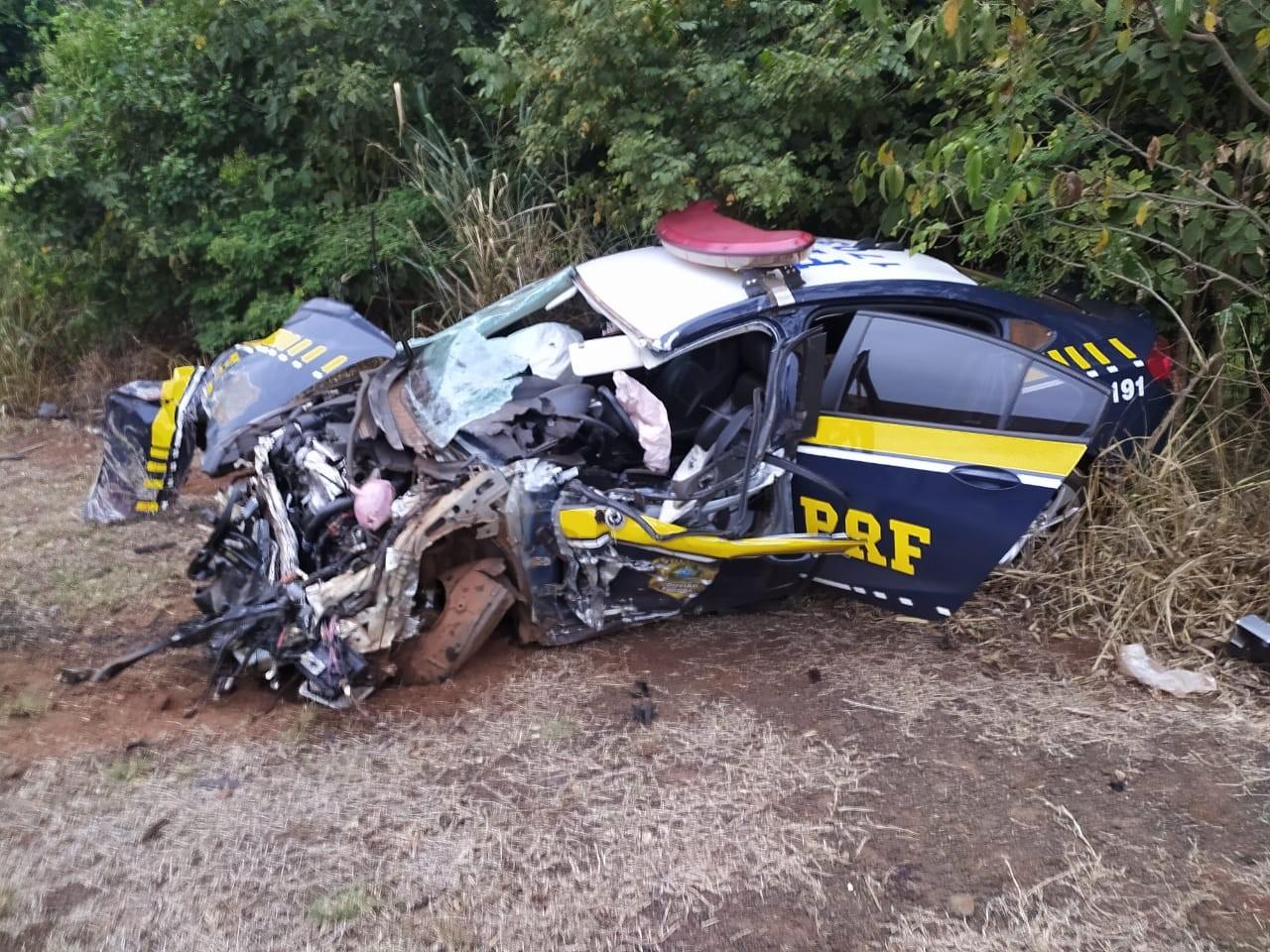Viatura da PRF fica completamente destruída após colidir na lateral de caminhão na BR-163; agente sai ileso