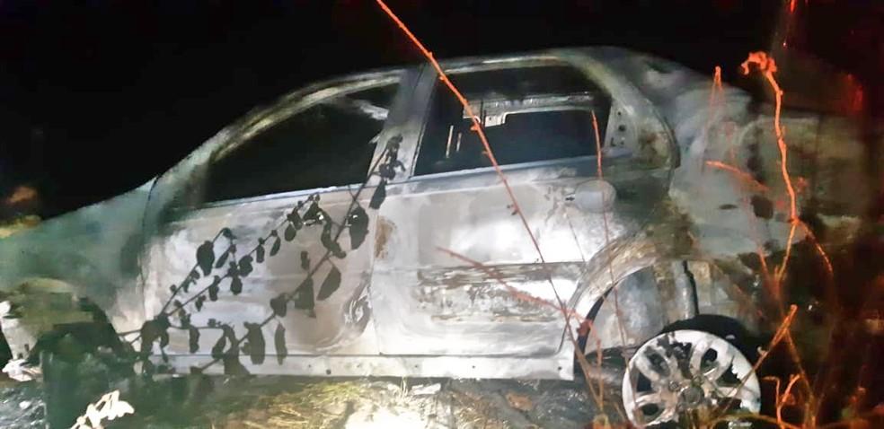 Corpo carbonizado foi encontrado dentro, em Caruaru — Foto: PRF/Divulgação