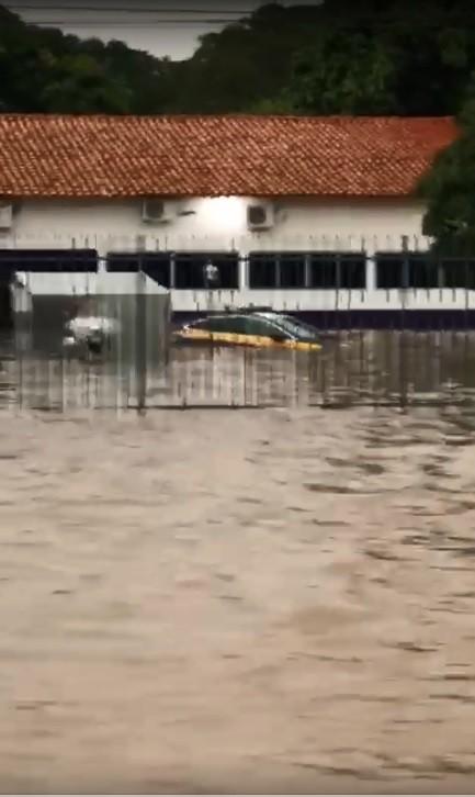 Sede da PRF em Teresina fica alagada durante forte chuva e atendimento é suspenso