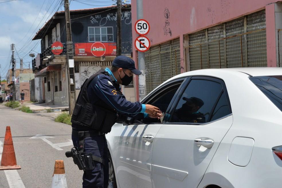 Motoristas foram orientados a cumprir decreto em fiscalização da PM em Fortaleza. — Foto: Divulgação/PM