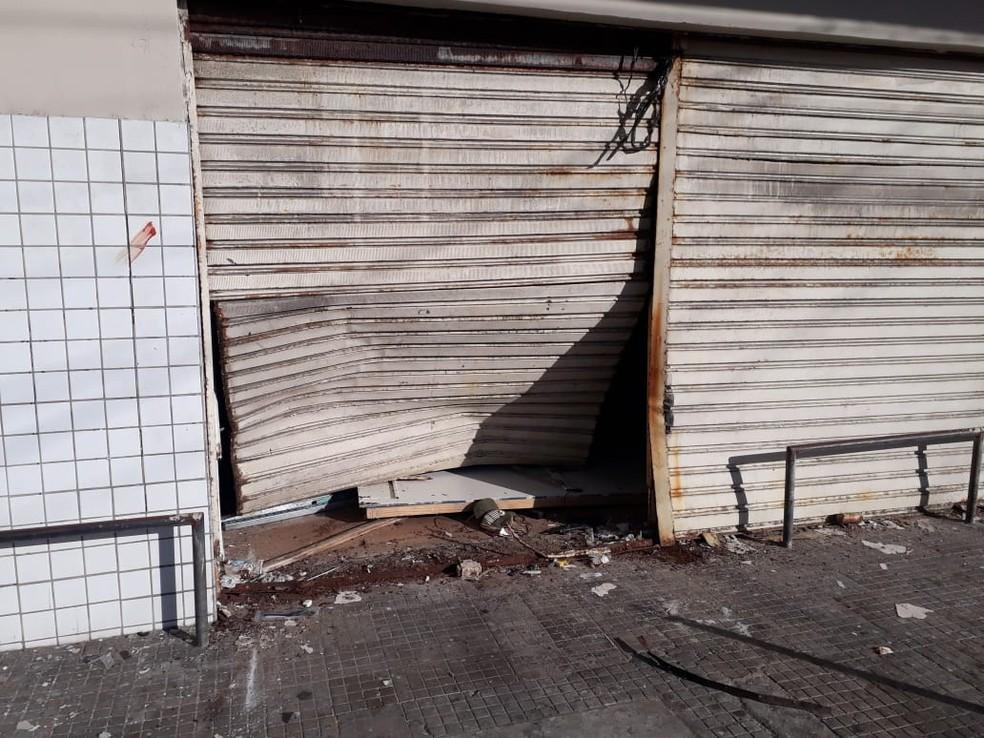 Criminosos arrombaram Lojas Americanas utilizando caminhonete na Zona Leste de Natal (Foto: Marksuel Figueredo/Inter TV Cabugi)