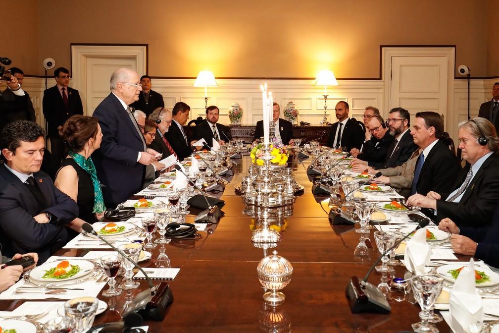 Steve Bannon, ex-assessor de Trump, ao lado (esquerdo) de Jair Bolsonaro em jantar em Washington — Foto: Alan Santos/Presidência da República