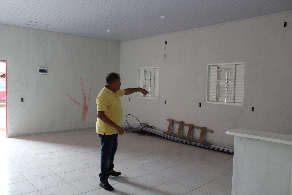 Eudes mostra onde será construídas paredes para dividir o local para iniciar os atendimentos  — Foto: Jheniffer Núbia