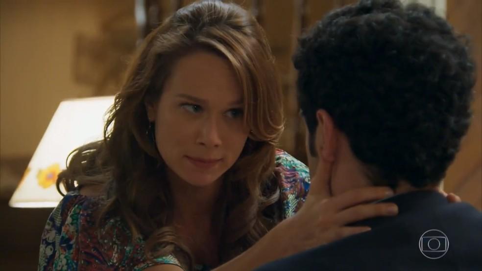 Tancinha (Mariana Ximenes) faz Beto (João Baldasserini) cair na real sobre a proposta de adotar as crianças - 'Haja Coração' — Foto: Globo