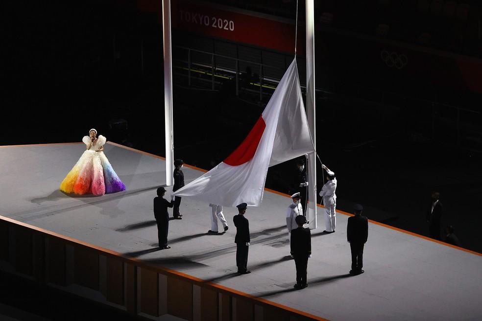 Bandeira do Japão sendo hasteada enquanto hino é cantado durante cerimônia de abertura das Olimpíadas — Foto: Richard Heathcote/Getty Images