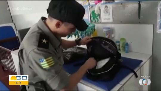 Polícia encontra porção de drogas dentro de mochila de menino de 2 anos em cheche de Jataí