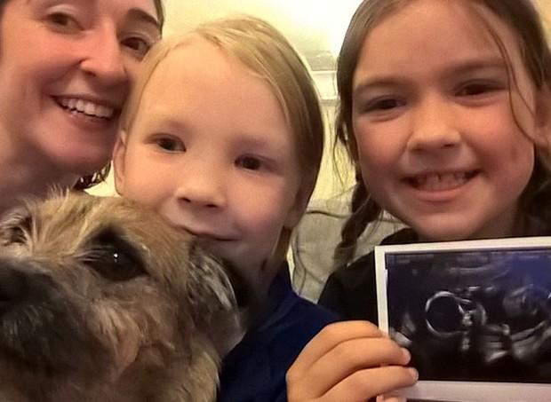 Lauren, as sobrinhas e a foto do bebê que é dela, mas está na barriga da mãe das meninas, Ebony (Foto: Reprodução/ Facebook)