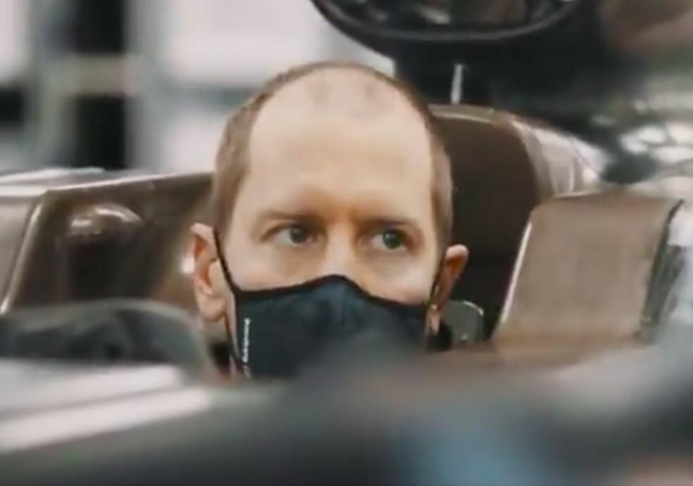 Sebastian Vettel senta pela primeira vez no cockpit da Aston Martin — Foto: Reprodução