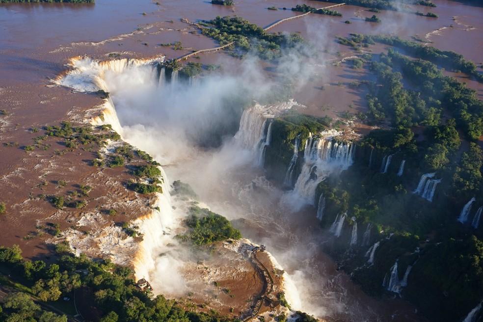 Cataratas do Iguaçu vista de cima mostra a grandeza das quedas d'água — Foto: Christian Rizzi