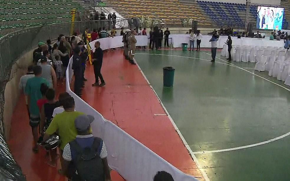 Fãs de Gabriel Diniz fazem fila para ver caixão com o corpo do cantor em velório, em ginásio de João Pessoa  — Foto: Reprodução/TV Globo