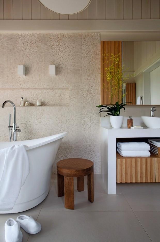 Banheira Da Doka Bath Works, fica ao lado da bancada de Silestone Blanco Zeus, com banco Belmonte, de Zanine Caldas, da Ettore Design (Foto: Marco Antonio / Editora Globo)